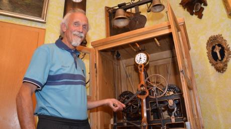 Coni Deisler hat die alte Gundelfinger Rathausuhr aus dem Jahr 1904 restaurieren lassen. Das Sammlerstück steht nun in seinem Zimmer.