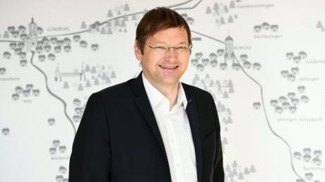 Günzburgs Landrat Hans Reichhart stärkt die Öffentlichkeitsarbeit, indem er eine Korrespondentin des Bayerischen Rundfunks in seine Behörde holt.