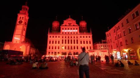 """""""Night of Light"""" in Augsburg: Das Rathaus präsentierte sich am Abend in rotem Licht."""