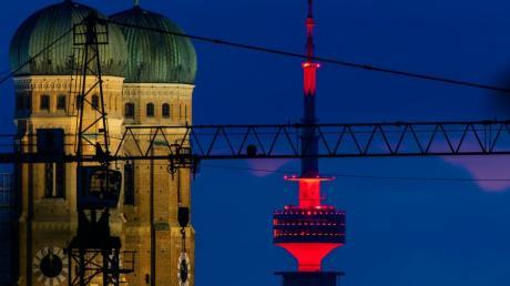 Während der bundesweiten PR-Aktion der Veranstaltungsbranche, werden in der Nacht zum Dienstag über 5200 Gebäude rot beleuchtet. Auch der Münchner Fernsehturm.