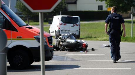 Wegen eines Verkehrsunfall ist die B300 derzeit gesperrt. Bei dem Zusammenstoß ist ein Motorradfahrer gestorben.
