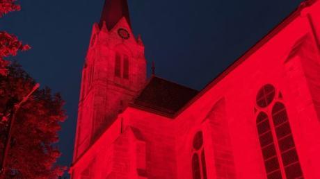 Die Firma CRA-Events aus Bopfingen und SLS-Veranstaltungstechnik Röhlingen haben am Montagabend die Dorfkirche in Röhlingen in rot illuminiert.