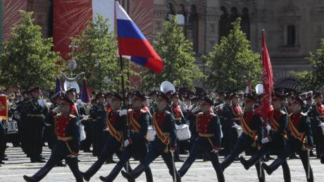 Mitglieder der russischen Ehrengarde marschieren zum 75. Jahrestag des Sieges der Sowjetunion über Hitler-Deutschland auf dem Roten Platz.