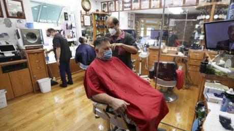 Kunden sitzen in einem New Yorker Friseurladen.