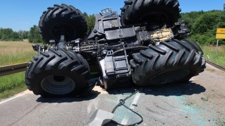 Mehr als 300.000 Euro Sachschaden ist bei einem Unfall mit einem Traktor in Wittislingen entstanden.