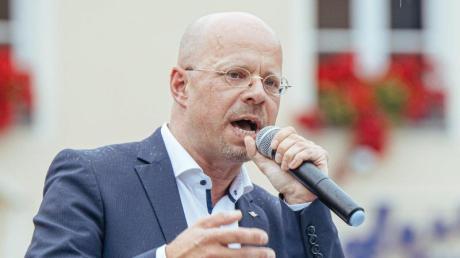 Andreas Kalbitz spricht beei einer Kundgebung der AfD. (.
