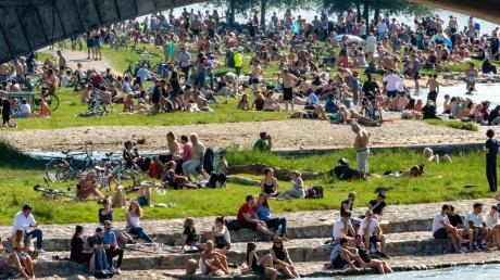 Hunderte Menschen belagern bei sommerlichen Temperaturen die Frühlingsanlagen an der Isar. (Archiv)