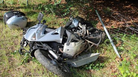 Ein Motorradfahrer verletzte sich am Donnerstagabend auf der A7 bei Illertissen schwer. Zusammen mit seinem Motorrad stürzte er eine Böschung hinunter.
