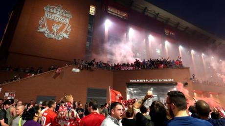 Nach dem Gewinn der Meisterschaft strömten die Fans des FC Liverpool zum Stadion an der Anfield Road.