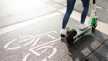 Die Polizei hat am Wochenende wieder mehrere Personen aus dem Verkehr gezogen, die betrunken auf dem E-Scooter unterwegs waren.