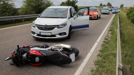 Das Motorrad schleuderte auf der B16 bei Dirlewang in dieses Auto.