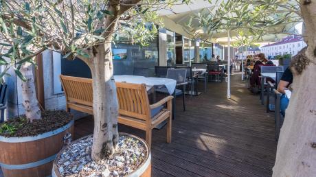 Hier kommt Urlaubsfeeling auf: Auf der großzügigen Sonnenterrasse können die Kunden verweilen und sich die leckeren griechischen Spezialitäten schmecken lassen.