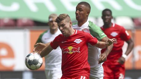 Nicht zu bremsen: RB-Stürmer Timo Werner im Zweikampf mit und der Augsburger Felix Uduokhai.