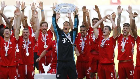 FCB-Torwart Manuel Neuer hält die Meisterschale und jubelt mit seiner Mannschaft über den gewonnenen Meistertitel.