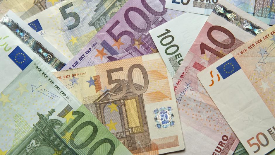 Wieviel Geld verdienen Spieler und Trainer beim FC Augsburg? Ein Medienbericht gibt Aufschlüsse.