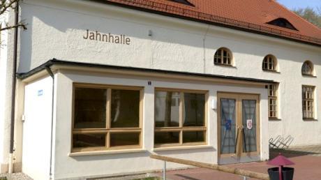 Mehrere Scheiben der Jahnhalle in Leipheim wurden beschädigt.