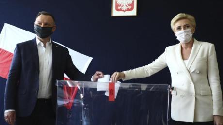 Polens Präsident Andrzej Duda und seine Frau Agata Kornhauser-Duda geben bei der Präsidentschaftswahl in einem Wahllokal in Krakau ihre Stimme ab.