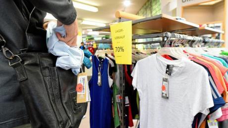 Ein Ladendetektiv hat in einem Günzburger Verbrauchermarkt einen Mann beim Diebstahl beobachtet.