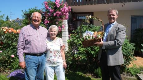 Merchings Bürgermeister Helmut Luichtl rechts überreichte dem Ehepaar Siegfried und Erika Duschner einen Spezialitätenkorb zur Diamantenen Hochzeit.