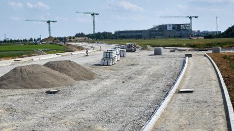 Neue Straßen enstehen derzeit im Gebiet des Innovationspark. Im Hintergrund der Neubau Weitblick 1.7
