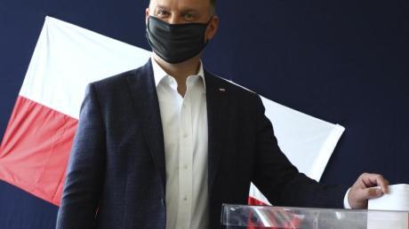 Andrzej Duda bei der Stimmabgabe in einem Wahllokal in Krakau. Ersten Prognosen zufolge hat Duda die absolute Mehrheit verpasst.