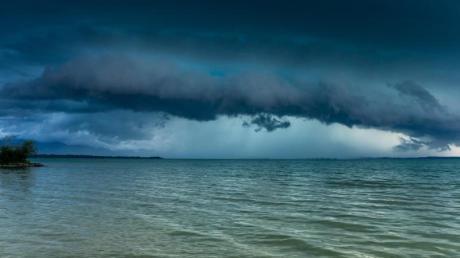 Eine Gewitterfront zieht über den Chiemsee inBayern.