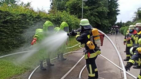 Manche Einsatzkräfte trugen Chemikalienschutzanzüge.