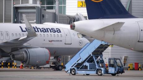 Die Lufthansa hat erste Mittel aus dem staatlichen Rettungspaket erhalten, eine Woche nach Verabschiedung der Maßnahme. Airline-Chef Spohr kündigte an, die Flotte zu modernisieren.