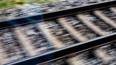 Schwerste Verletzungen hat ein 21-Jähriger erlitten, der am Freitag bei Aichach (Tränkmühle) von einem Zug erfasst wurde.
