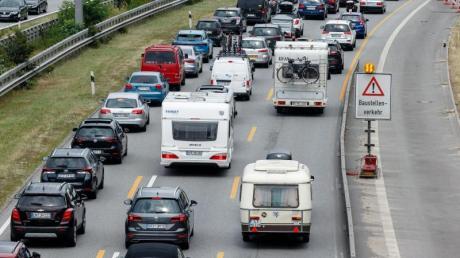 Am Wochenende wird der Ferienreiseverkehr zu zahlreichen Staus auf den Autobahnen führen. Das sagt der ADAC voraus.