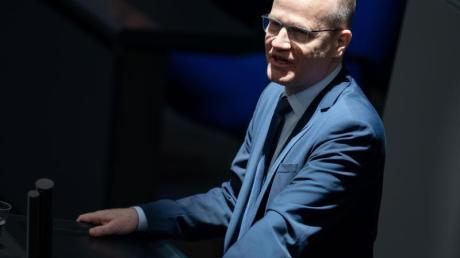 Ralph Brinkhaus spricht im März bei der 154. Sitzung des Bundestages. Er und CSU-Landesgruppenchef Alexander Dobrindt haben ein Mandat erhalten, mit der SPD zu verhandeln.