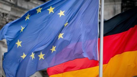 Die Deutschland- und die Europaflagge vor dem Reichstagsgebäude. Deutschland übernimmt ab heute für ein halbes Jahr die EU-Ratspräsidentschaft.
