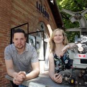 Neues Liliom, nach Renovierung 2020; v.l. Michael Hehl, Daniela Bergauer mit altem Filmprojektor vor dem Eingang zum Kino Liliom