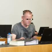 Richard S. (Name geändert, vorne) wurde wegen Drogendelikten in Augsburg der Prozess gemacht. Links sitzt Rechtsanwalt Mathias Grasel, sein Verteidiger.