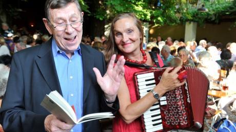 Mit dem Deftigsten bayerischer Autoren waren Bernhard Butz und Michaela Dietl 2018 bei der Literatur im Biergarten.