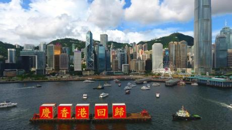 Das Bild zeigt ein Schiff, das zur Feier des 23. Jahrestages der Rückgabe der früheren britischen Kronkolonie 1997 an China in den Hongkonger Hafen einläuft.