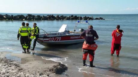 Nach dem Badeunfall bei Ahrenshoop hatten Rettungskräfte nach dem Mann gesucht, konnten ihn aber nur noch tot bergen.