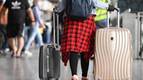 Reisende, die aus Covid-19-Risikogebieten zurückkehren, müssen in einigen Bundesländern in Quarantäne. Dann kann für Berufstätige ein Lohnausfall drohen.