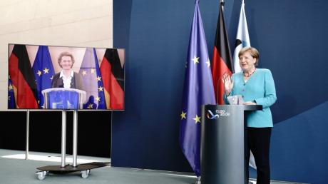 Bundeskanzlerin Angela Merkel und Ursula von der Leyen  sind per Videoschaltung verbunden.