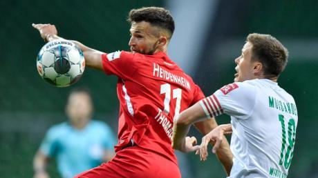 Heidenheims Denis Thomalla und Bremens Niklas Moisander kämpfen um den Ball. Der Zweitligist von der Ostalb hat nach wie vor alle Chancen zum Aufstieg.