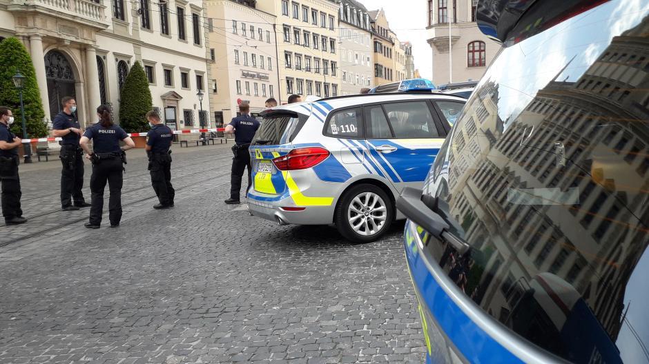 Weil eine Bombendrohung eingegangen ist, hat die Polizei das Augsburger Rathaus abgesperrt.