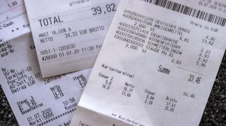 Beim Einkaufen fallen ab dem 01.07.2020 für ein halbes Jahr nur noch 16 statt 19 Prozent Mehrwertsteuer an, der reduzierte Satz sinkt von 7 auf 5 Prozent. Damit will die Bundesregierung den Konsum nach der Corona-Krise wieder ankurbeln.