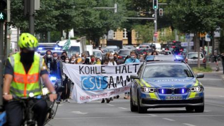 Klimaaktivisten verschiedener Gruppen zogen am Freitag durch die Augsburger Innenstadt.