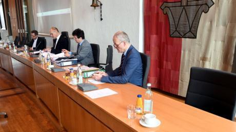 Stefan Kiefer (Zweiter von rechts) und Thomas Weitzel (rechts) zählen nicht mehr zum Kreise der Augsburger Referenten.