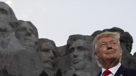 Anlässlich des Unabhängigkeitstages steht US-Präsident Trump am Rushmore-Denkmal.