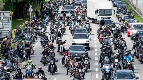 Mehrere tausend Motorradfahrer beteiligten sich an einem Fahrzeugkorso durch die Innenstadt in München.