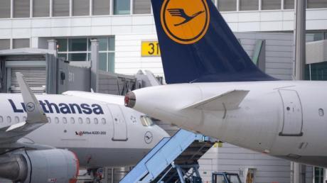 Flugzeuge der Lufthansa stehen auf dem Vorfeld am Flughafen München.
