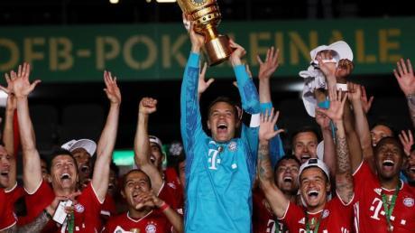 Bayern-Keeper Manuel Neuer feiert den erneuten Doppelsieg von Meisterschaft und Pokal.