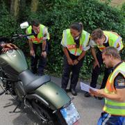 Polizeihauptmeister Florian Götz (vorne), Fachmann der Kontrollgruppe Motorrad, erklärt Kollegen von der Polizeiinspektion Illertissen, auf welche Details zu achten ist.