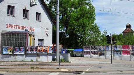 """Vor dem Club """"Spectrum"""" in Augsburg wurde ein Mann unvermittelt attackiert und schwer verletzt."""